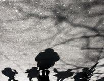 Sombras en el asfalto borroso de la calle Imagen de archivo libre de regalías