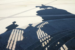 Sombras en el cuadrado del comercio en Lisboa Imagen de archivo libre de regalías