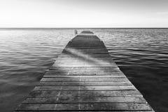 Sombras en el embarcadero blanco y negro fotografía de archivo