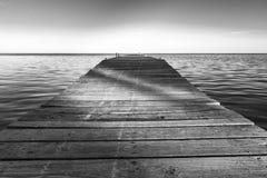 Sombras en el embarcadero blanco y negro imagen de archivo libre de regalías