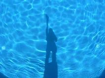 Sombras en la piscina azul clara Imágenes de archivo libres de regalías