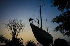 Sombras en la puesta del sol la nave y los árboles Imágenes de archivo libres de regalías