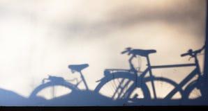 Sombras estacionadas da bicicleta na parede imagens de stock