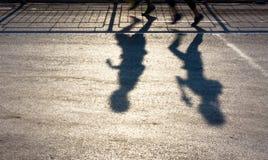 Sombras obscuras de dois povos que movimentam-se Fotos de Stock Royalty Free