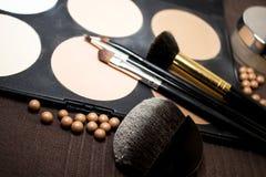 Sombras para os olhos pasteis e escovas Imagens de Stock