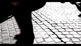 Sombras que caminan blancos y negros almacen de metraje de vídeo