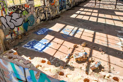 Sombras quebradas: Ruinas viejas de la casa del poder Fotografía de archivo libre de regalías