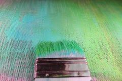 Sombras texturizadas de pintura del fondo de verde y de azul La brocha se centró con la pintura fresca en cerdas imagen de archivo libre de regalías