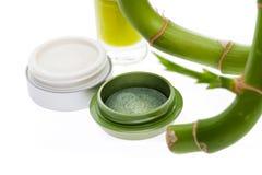 Sombreador de ojos verde con un brote de bambú fresco Imagen de archivo libre de regalías