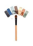 Sombreadores de ojos machacados multicolores con el cepillo aislado en el fondo blanco Imágenes de archivo libres de regalías