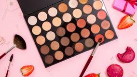 Sombreadores de ojos y correctores, una paleta grande del artista de maquillaje, endecha plana rosada linda Estilo atractivo fotos de archivo libres de regalías