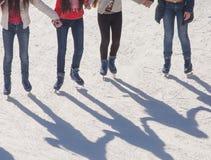 Sombree el fondo del grupo de adolescentes en el hielo Fotos de archivo