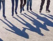 Sombree el fondo del grupo de adolescentes en el hielo Fotografía de archivo