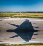 Sombreie futurista militar da partida da chegada do alcatrão do aeroporto da asa fotos de stock