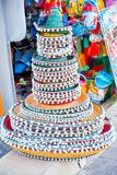 Sombreri messicani impilati ad un mercato di strada Cappelli messicani variopinti tradizionali del sombrero immagine stock