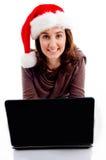 Sombrero adolescente de la Navidad que desgasta que trabaja en la computadora portátil Fotografía de archivo