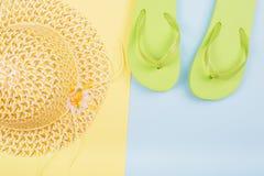 Sombrero amarillo, chancletas Imágenes de archivo libres de regalías