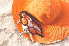 Sombrero anaranjado en la playa arenosa Imágenes de archivo libres de regalías