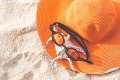 Sombrero anaranjado en la playa arenosa Fotos de archivo libres de regalías