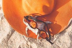 Sombrero anaranjado en la playa arenosa Fotografía de archivo libre de regalías