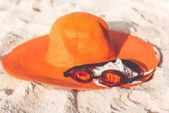 Sombrero anaranjado en la playa arenosa Imagen de archivo