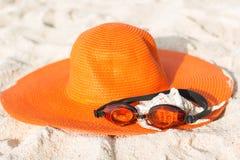 Sombrero anaranjado en la playa arenosa Fotos de archivo