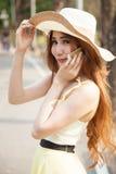Sombrero asiático del retrato del retrato de la mujer del retrato. El hablar en el pH móvil Imagen de archivo