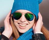 Sombrero azul de la cara de la mujer, gafas de sol, apoyos, instagram Fotografía de archivo