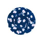 Sombrero azul marino de la tela del verano de la visión superior con los estampados de plores color de rosa aislados en la trayec imagenes de archivo