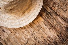 Sombrero bambú-rayado de la visión superior en la madera vieja Imagen de archivo libre de regalías