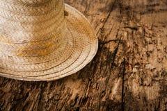 sombrero Bambú-rayado en la madera agrietada vieja Imagenes de archivo