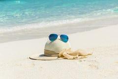 Sombrero blanco con las gafas de sol Fotos de archivo libres de regalías