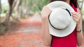 Sombrero blanco con los dess rojos Foto de archivo