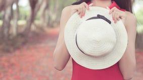 Sombrero blanco con los dess rojos Imagen de archivo
