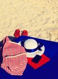 Sombrero, bolso, almohadilla táctil, teléfono móvil y chancletas Fotografía de archivo