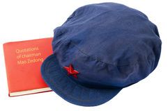 Sombrero chino viejo y libro rojo a partir del período de Mao imagenes de archivo