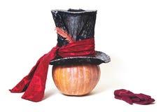 Sombrero cilíndrico grande en la calabaza anaranjada Guantes cercanos Imagen de archivo libre de regalías