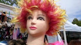 Sombrero colorido del pelo en la cabeza de la muñeca Imagen de archivo libre de regalías