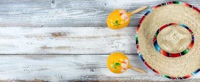 Sombrero con i maracas per Cinco de Mayo su woode bianco stagionato immagine stock libera da diritti