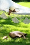 Sombrero con la cinta en la hamaca fotos de archivo libres de regalías