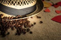 Sombrero con la cinta y los granos de café recientemente asados Fotografía de archivo