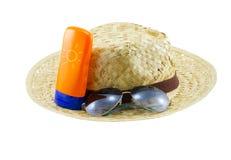 Sombrero con las gafas de sol y la loción del cuerpo Fotografía de archivo libre de regalías