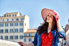 Sombrero conmovedor de la mujer alegre y mirada lejos Imagen de archivo libre de regalías