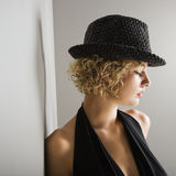 Sombrero de ala que desgasta de la mujer. fotografía de archivo
