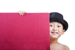 Sombrero de ala que desgasta del muchacho lindo con una tarjeta en blanco Fotografía de archivo libre de regalías