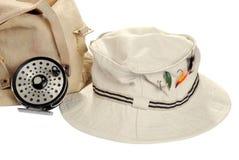 Sombrero de color caqui con el equipo de pesca de mosca Imagen de archivo libre de regalías