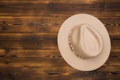 Sombrero de fieltro en fondo de madera fotografía de archivo