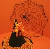 Sombrero de la bruja con Web de araña y maíz de caramelo Fotografía de archivo