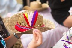 Sombrero de la decoración con la pluma colorida y gota para el estilo del bohemain Imagen de archivo libre de regalías
