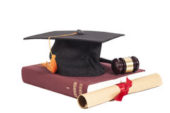 Sombrero de la graduación con el mazo del diploma, del juez y el libro Foto de archivo